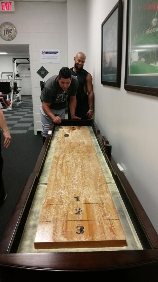 Antes del encuentro, Emilio Bonifacio y Avisail García disputaron un duelo de shuffleboard. García ganó la contienda