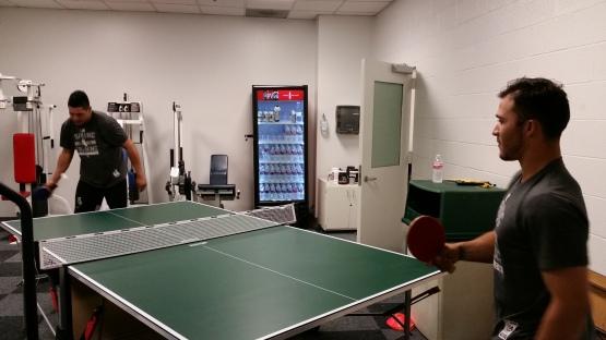 Avisail García y Carlos Sánchez disputaron esta tarde un duelo de ping pong. Sánchez salió con los honores.